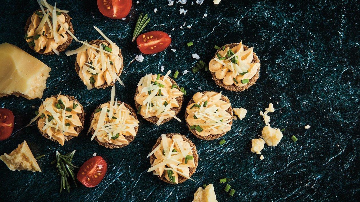 Pomidorų sūrio kremas su laiškiniais česnakais  – Receptas