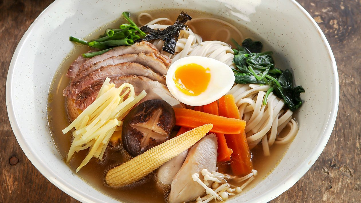 Ramen sriuba su dviejų rūšių mėsa ir vakuume ruoštu (sous-vide) kiaušiniu – Receptas
