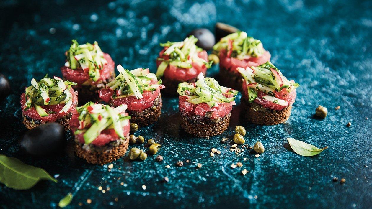 Rožinio tuno tartaras su alyvuogių tapenada, agurkų ir ridikėlių salotomis bei pikantišku pipirų kremu – Receptas