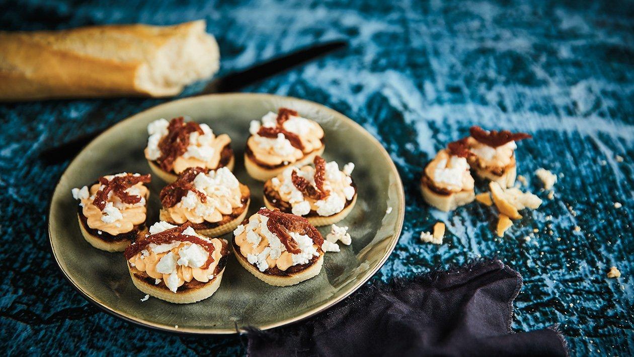 Skrudinta prancūziška duona su sūrio ir pomidorų kremu bei trupintu ožkų sūriu – Receptas