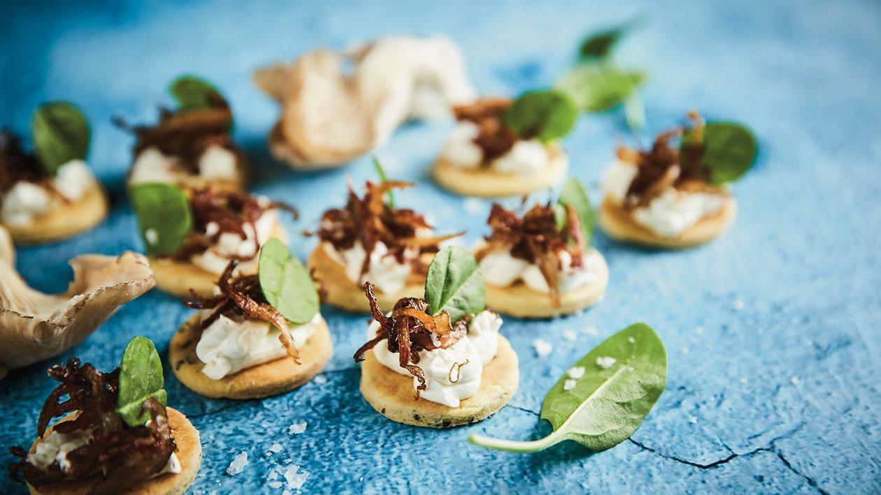 Špinatų sausainis su trumų sūrio kremu ir keptais kelmučiais  – Receptas