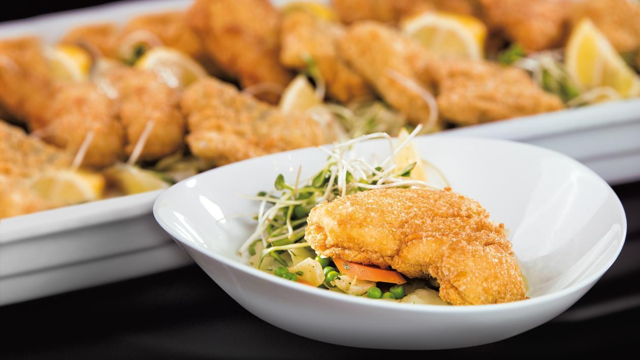 Starkis bulvių apvalkale, patiekiamas ant saldžių kopūstų su žaliaisiais žirneliais ir morkomis  – Receptas