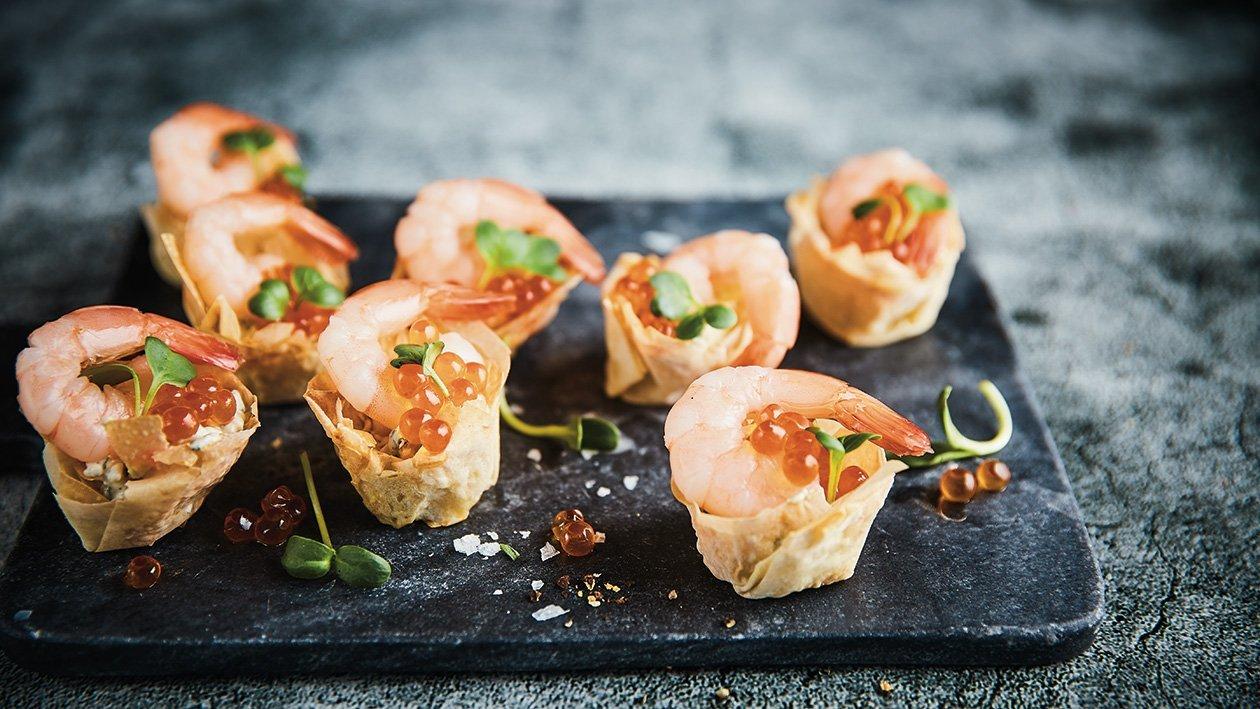 Tešlos krepšelis su krevečių sūrio kremu, krevetėmis meduje ir ikrais – Receptas