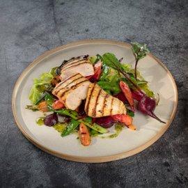 Majonēzē marinēta vistas fileja, pasniegta ar grilētu dārzeņu salātiem