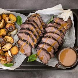 Meža cūkas cepetis ar kartupeļiem un rozmarīnu, pārliets ar krēmveida cepeša mērci un gorgonzolu