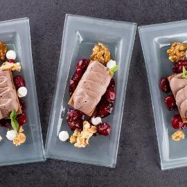 Šokolādes uzputenis ar riekstiem, augļiem želejā ar pipariem