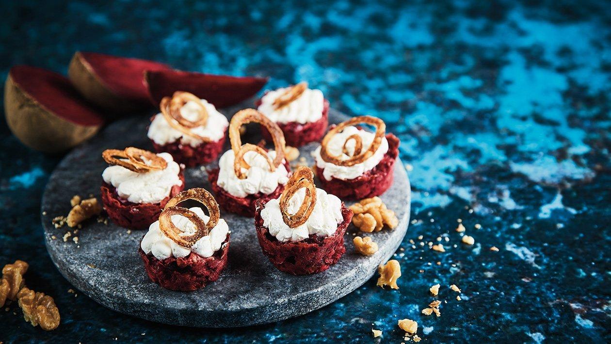 Biešu un valriekstu kūka ar kazas siera putām un sīpolu čipšiem – Recepte