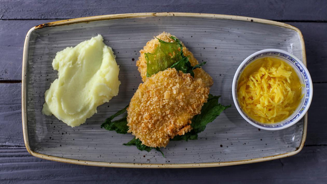 Cūkgaļas šnicele ar kartupeļu biezeni un sautētiem kāpostiem ar kariju – Recepte