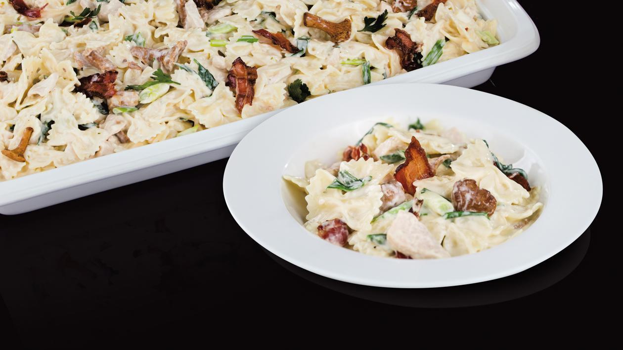 Farfalle makaroni ar vistas gaļu un gailenēm,  bekonu un krējuma mērci – Recepte
