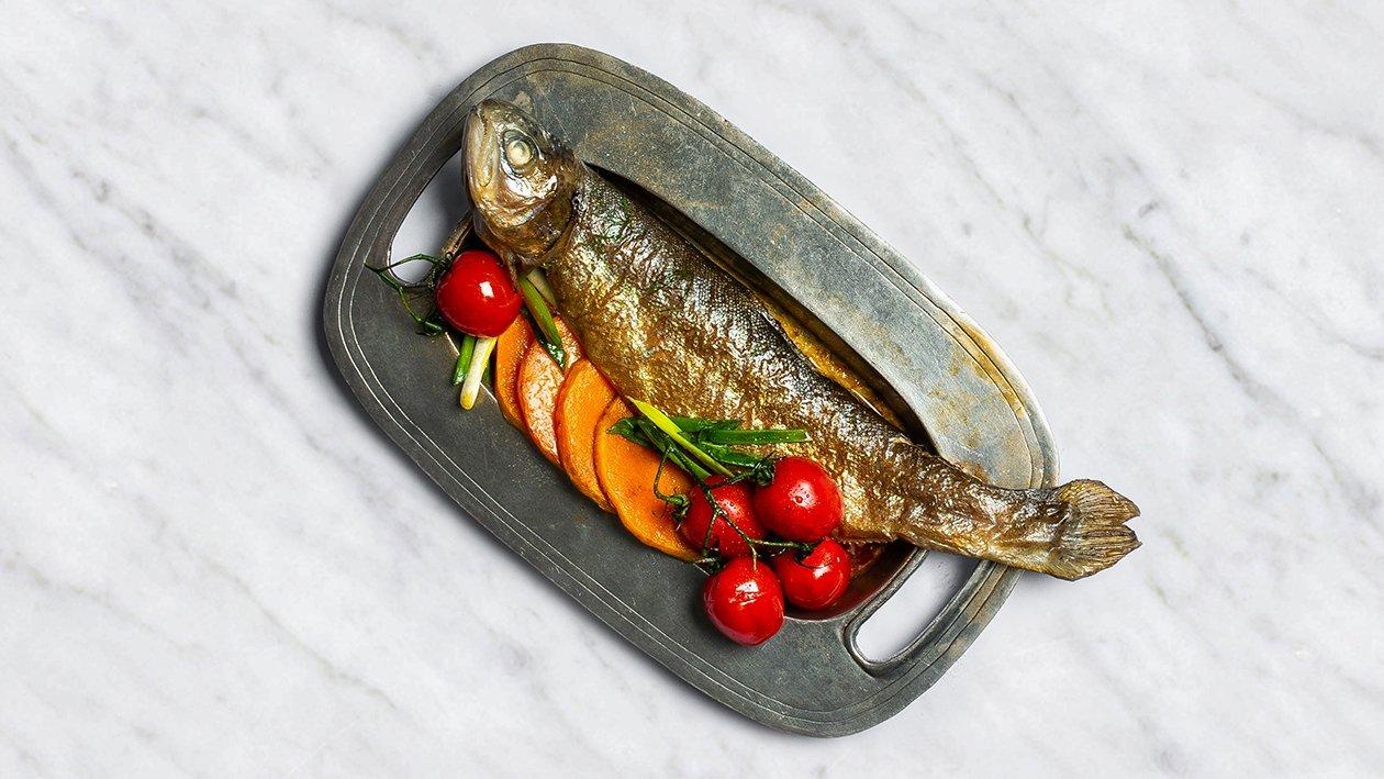 Forele ar sīpolu lokiem, ķiršu tomātiem un ķirbi – Recepte
