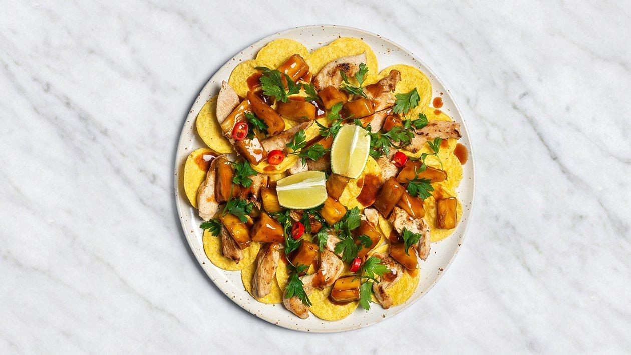 Grilētu ananāsu un BBQ mērce ar nachos un vistas gaļu – Recepte