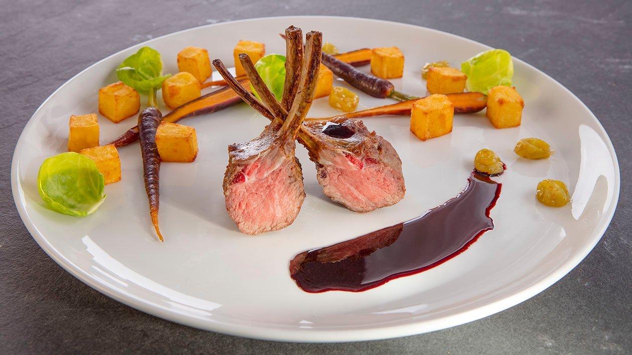 Jēra ribiņas, pasniegtas ar sarkanvīna krēmu un vīnogām – Recepte