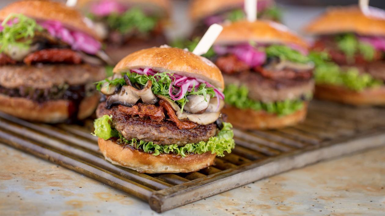 Liellopa burgers ar kaltētiem tomātiem un bbq mērci – Recepte