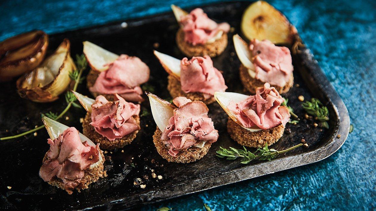 Liellopa gaļas fileja ar reducēta buljona krēmu un karamelizētiem sīpoliem – Recepte