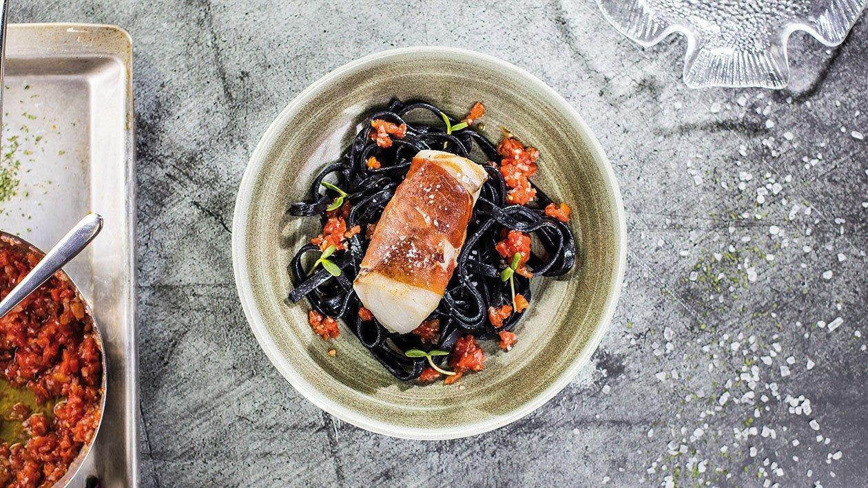 Menca ar tomātu konkasē (concasse) uz melnajiem taljatelle (tagliatelle) – Recepte
