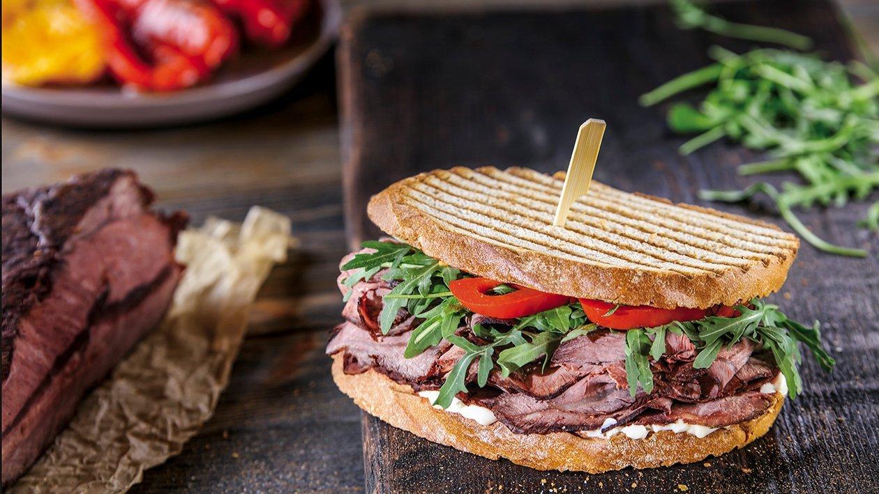 Pastrami sviestmaize ar rukolu un grilētu papriku – Recepte