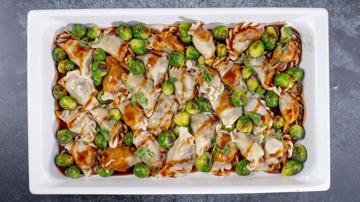 Pīrādziņi ar pīles gaļu un dzērvenēm, karamelizetiem Briseles kāpostiem un Demi-Glace mērci – Recepte