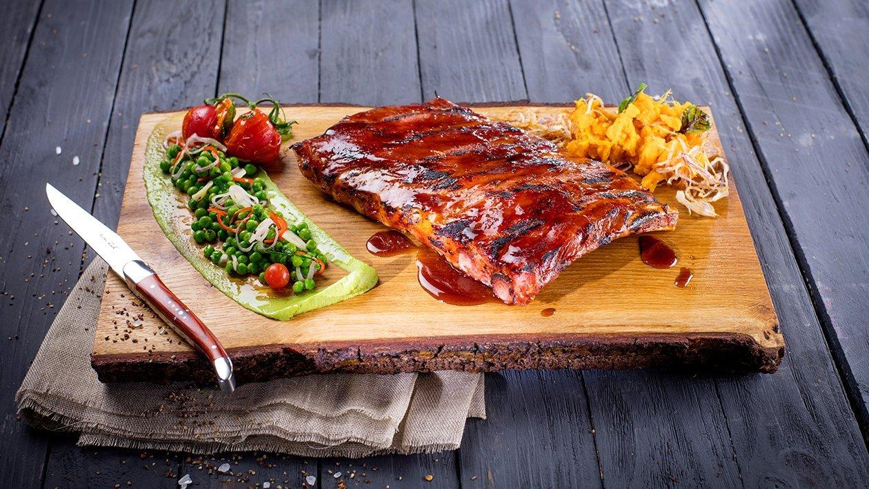 Ribiņas medus un alus glazūrā, pasniegtas ar zaļo zirnīšu salātiem – Recepte