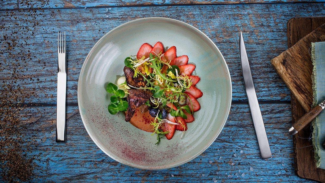 Salāti ar grilētām aknām un zemeņu vinegretu – Recepte
