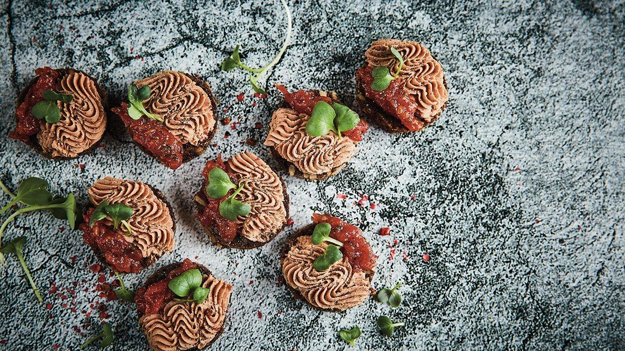 Sēklu maizes grauzdiņš ar truša gaļas pastēti, tomātu marmelādi un garšaugiem – Recepte