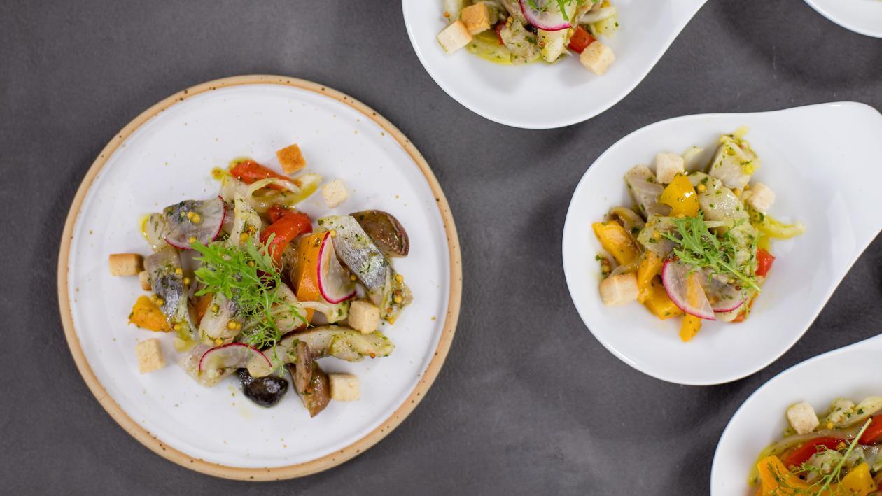 Siļķu salāti ar grilētu papriku un sviesta bekām – Recepte