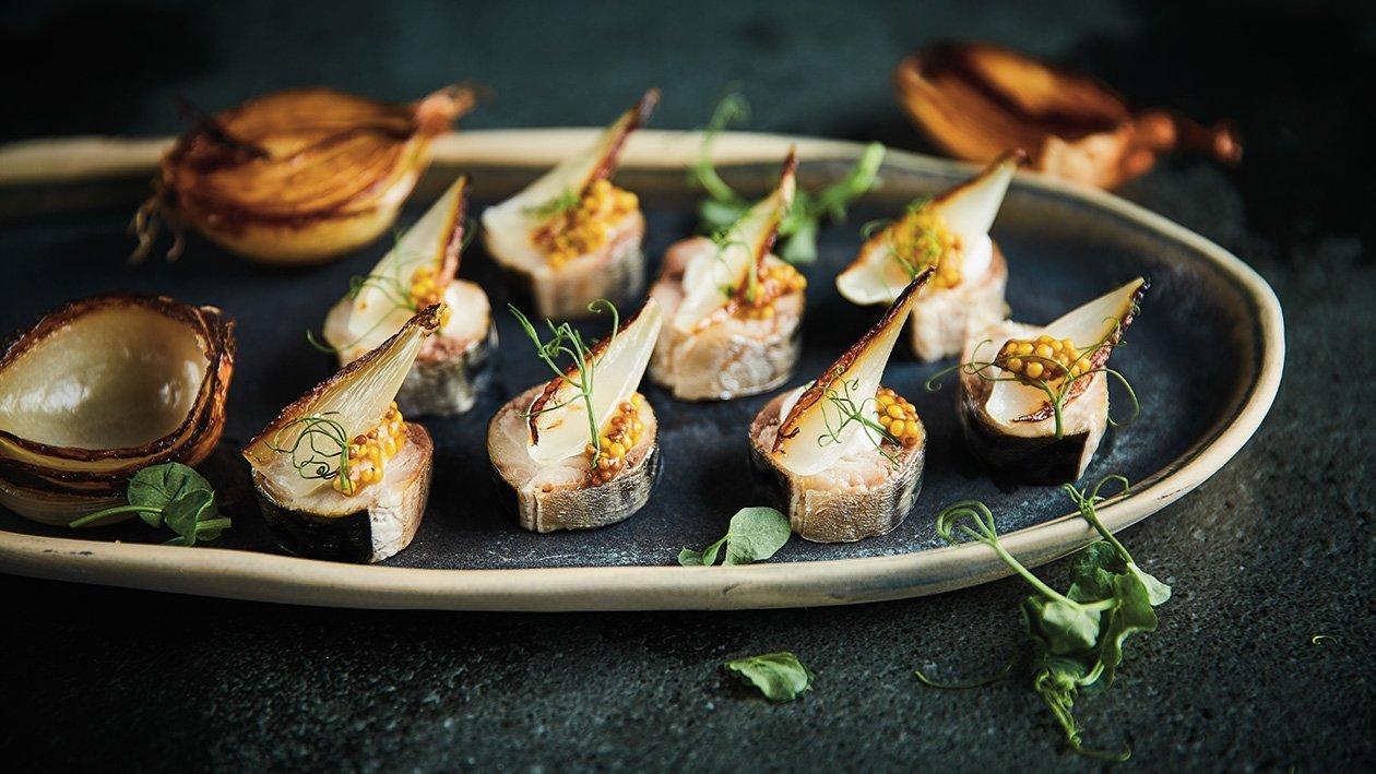 Skumbrijas filejas tīteņi ar ķiploku krēmu un dedzinātiem sīpoliem – Recepte