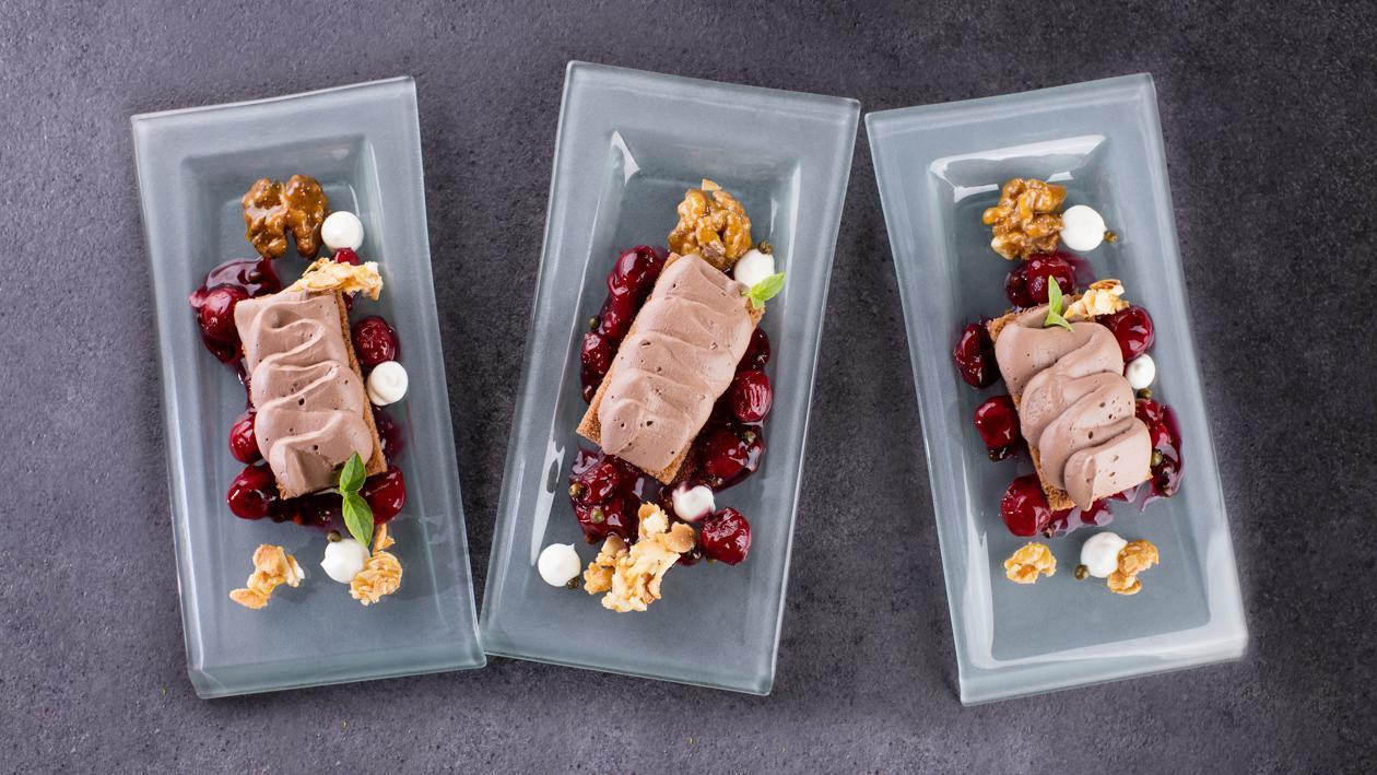 Šokolādes uzputenis ar riekstiem, augļiem želejā ar pipariem – Recepte