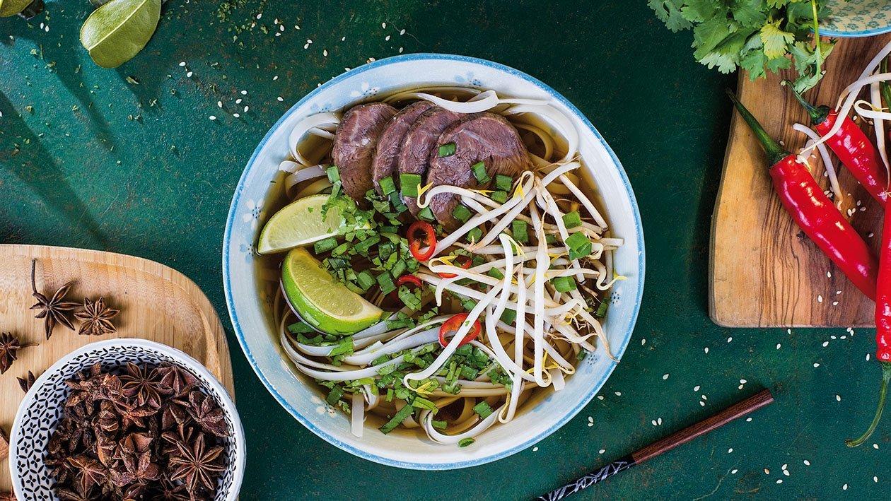 Vjetnamiešu Pho zupa ar rīsu nūdelēm un liellopa gaļu – Recepte
