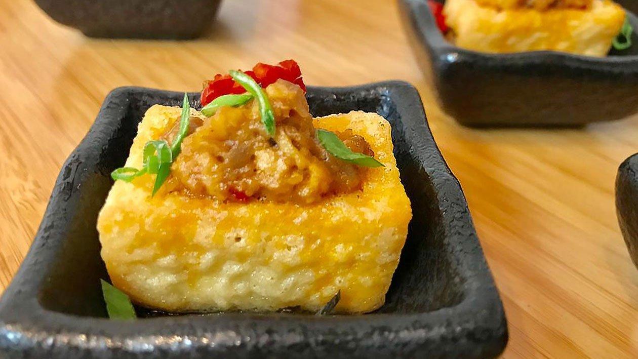 Mantou Goreng Dengan Daging Paha Ayam Cincang dan Sos Kacang