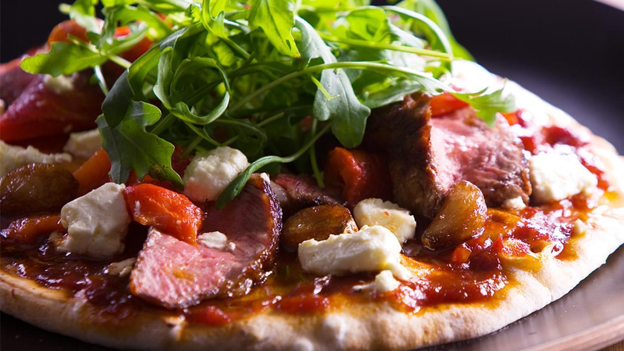 Piza Mata Rusuk Prime BBQ dengan Bawang Putih & Lada Benggala Bakar, Bawang dan Keju Feta