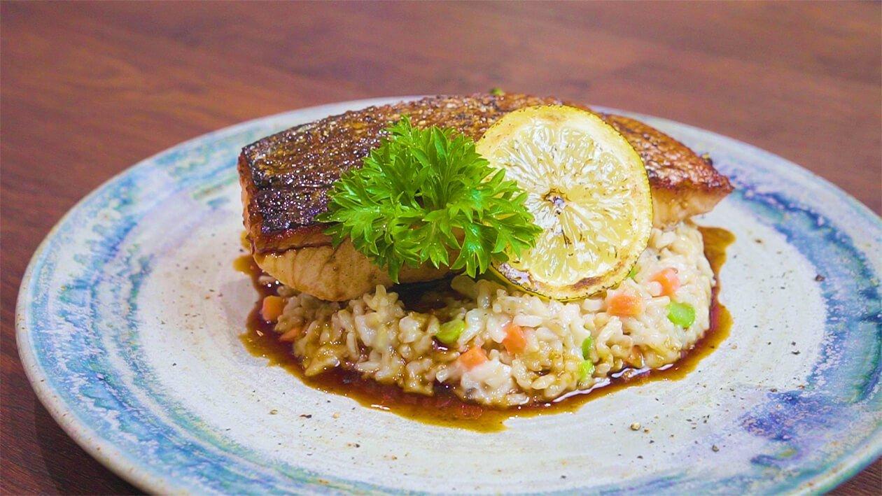 Salmon Bergerlis Limau Yuzu dengan Risotto Beras Perang