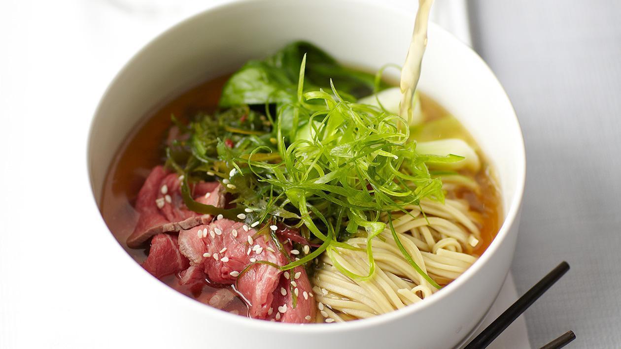 Sup bersama Tuna Kering, Mi Soba, Bok Choy dan Daun Bawang