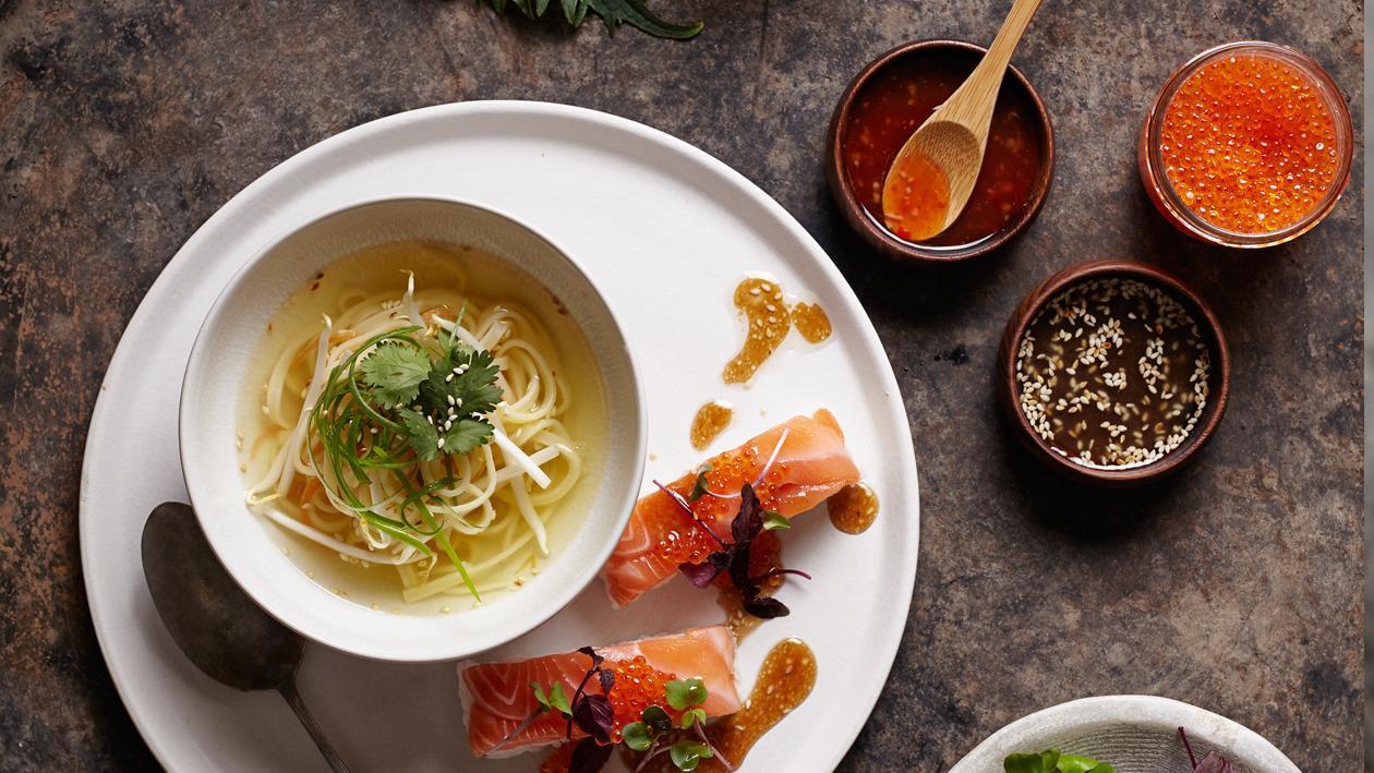 Aziatische bouillon met sushi