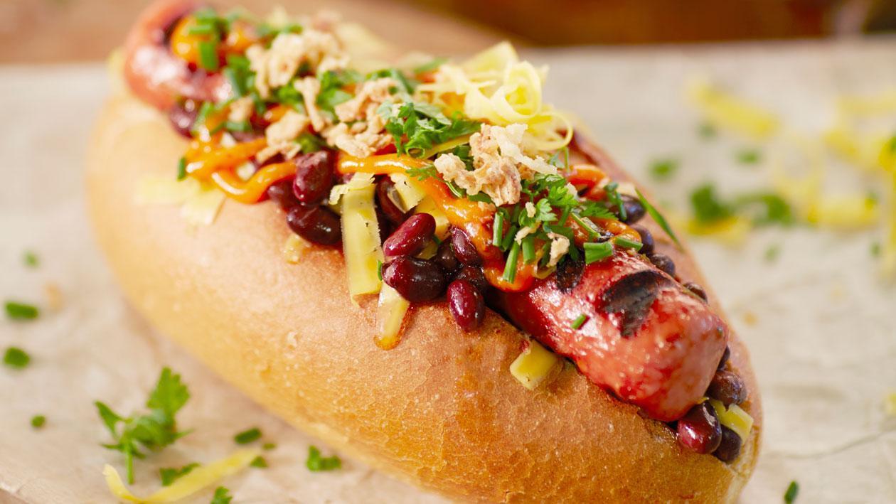 Bobbie hotdog met zwarte boontjes, cheddar en krokante uitjes