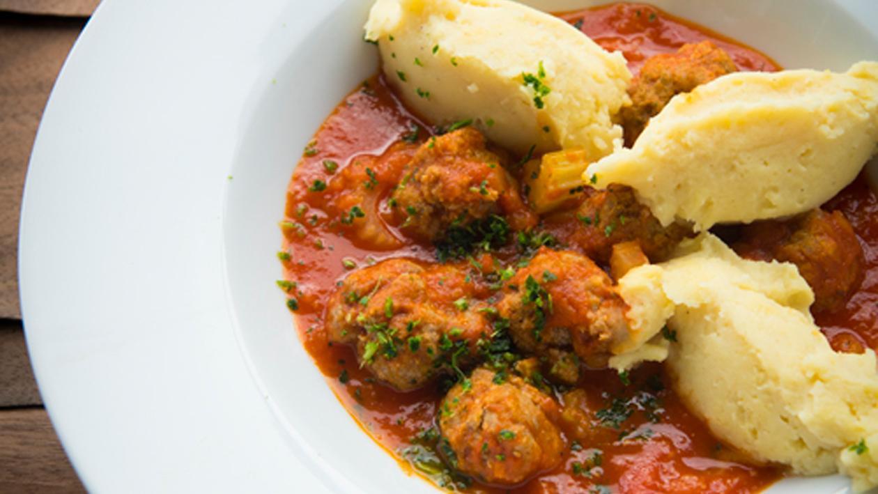 Gehaktballetjes in tomatensaus met bleekselderij en aardappelpuree
