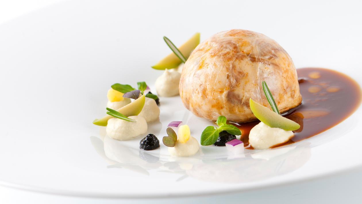 Gestoofde lamsschouder met rozemarijn met venkel, olijven, citroen en basilicum