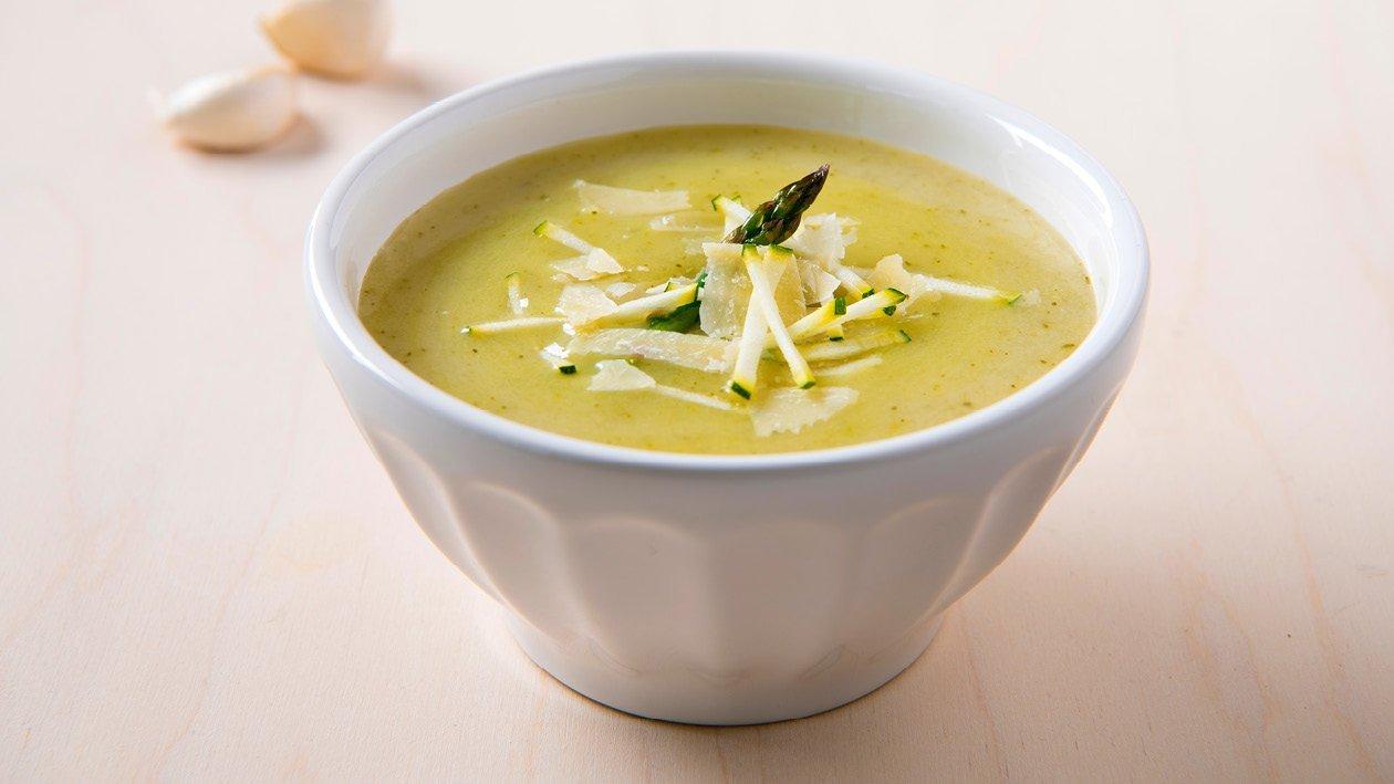 Groene asperge-courgettesoep, aardappel en parmezaan