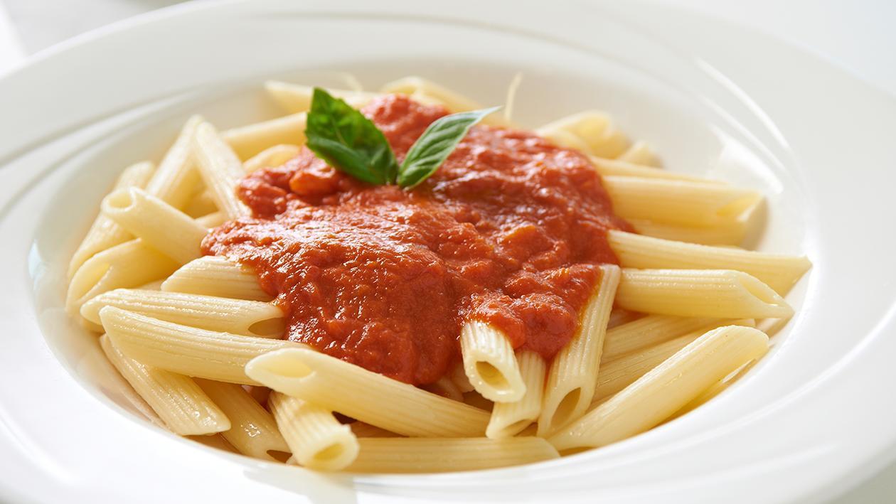 Kip met romige tomaten- en basilicumsaus