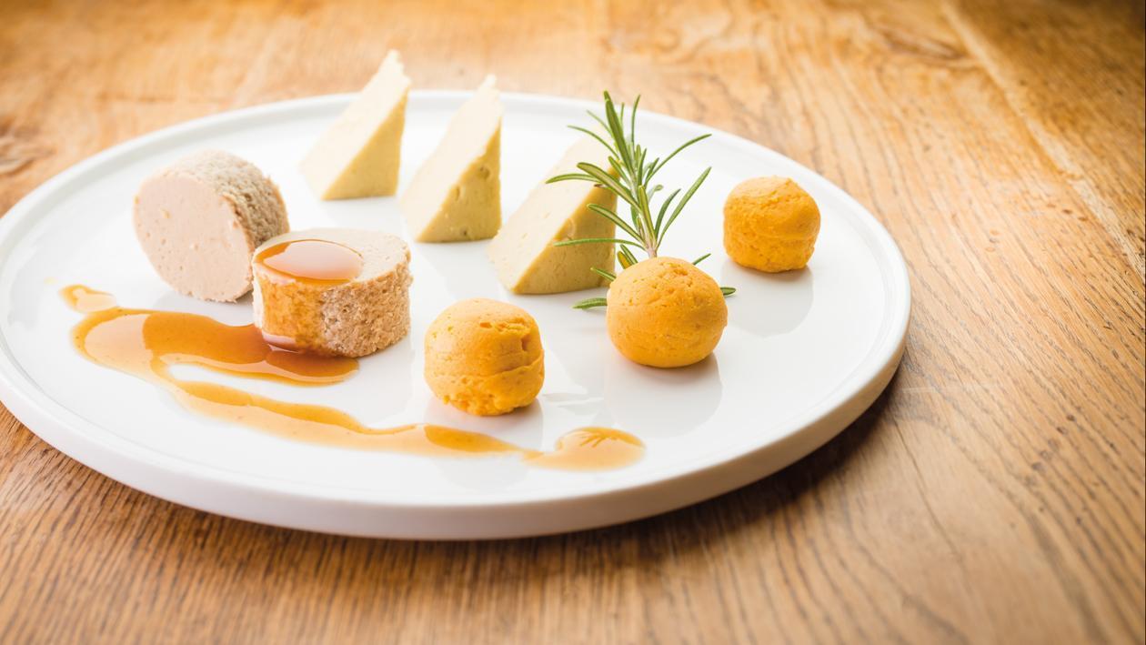 Lamsschouder gelakt met honing, curry, knoflook en boontjes met jus (fingerfood)