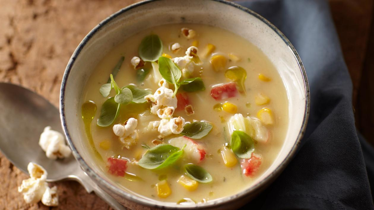 Maissoep uit Amerika met surimi en popcorn