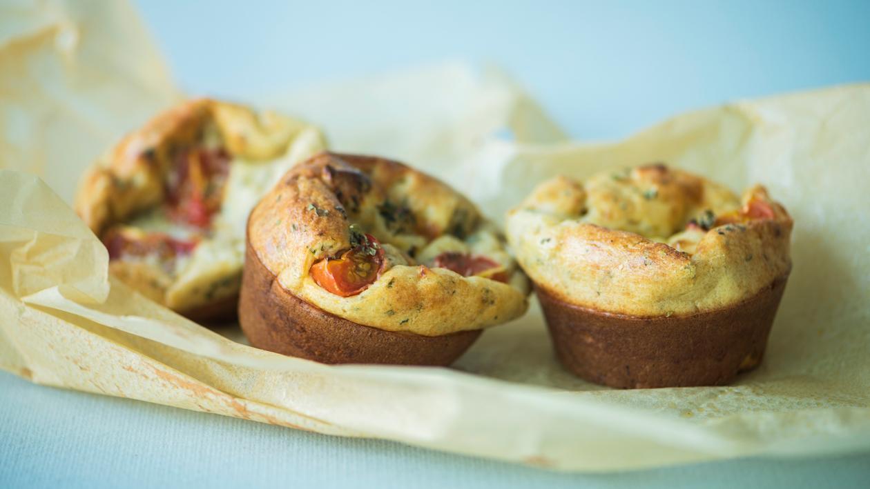 Muffin met tomaat en mozzarella