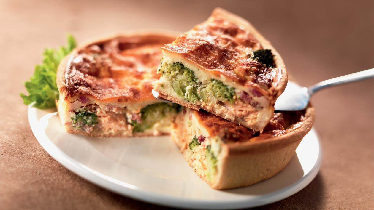 Quiche met broccoli, spek en zalm – Recept