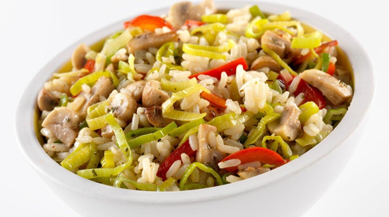 Rijst met prei, paprika en champignons