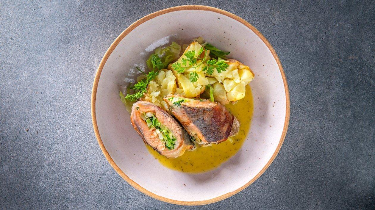 Rolletje van zalmforel met guanciale, savooikool, gepofte aardappel en picklessaus