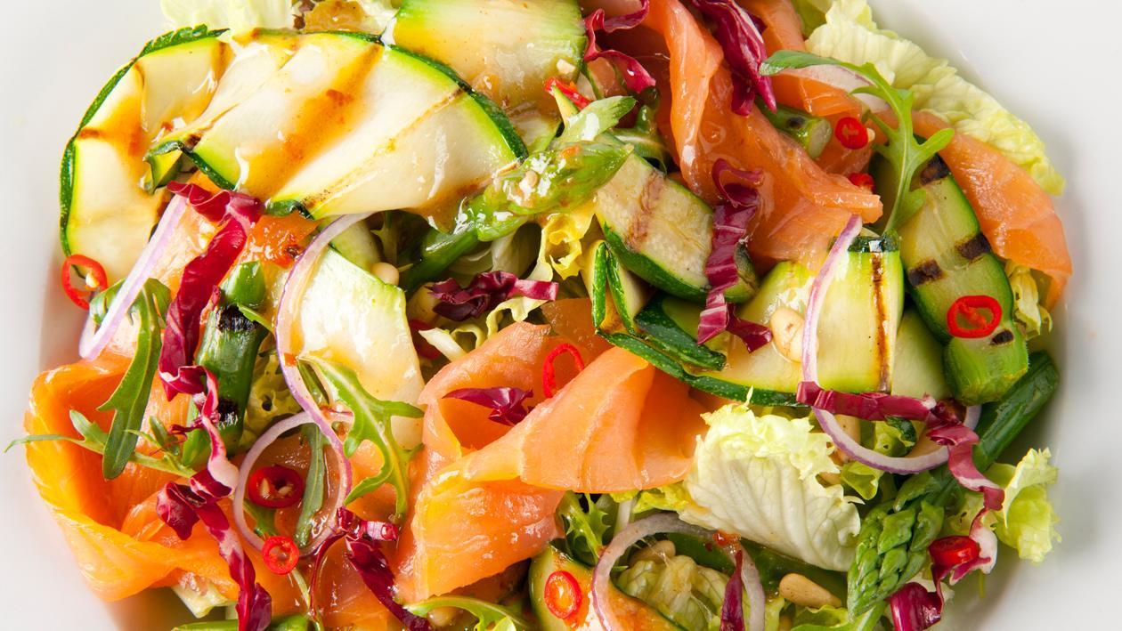 Salade van gegrilde courgette met gerookte zalm en jalapeno-gembervinaigrette