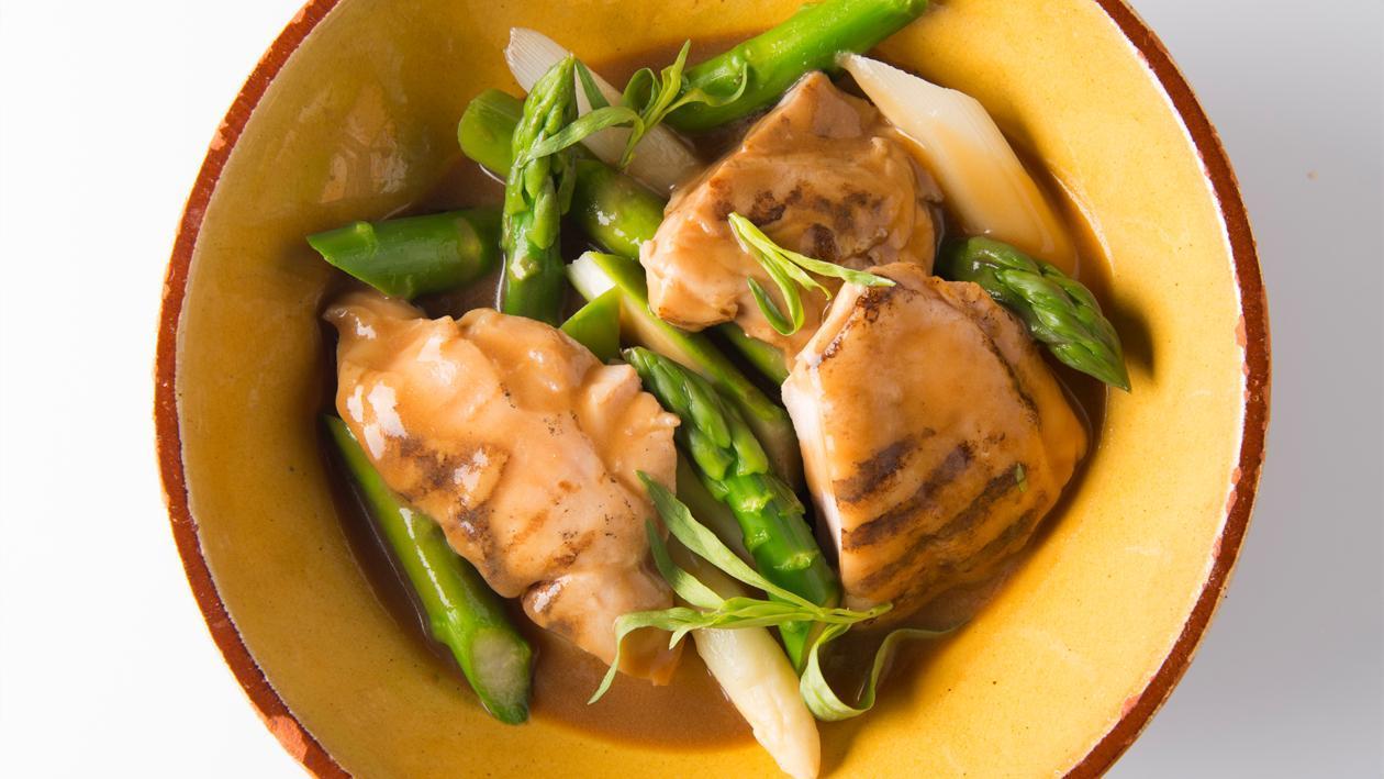 Stoofpotje van gegrilde kip en asperges