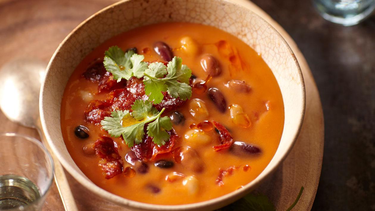 Tomatensoep uit Mexico met boontjes en chili