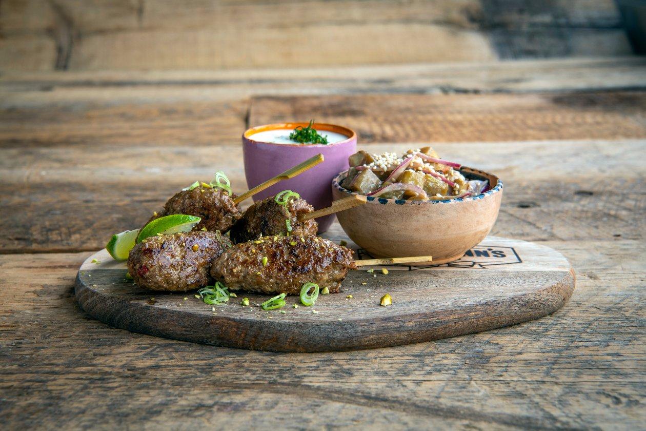 Turkse Skewer met Ras el hanout, aubergine in een kruidige vinaigrette en een frisse yoghurtdip