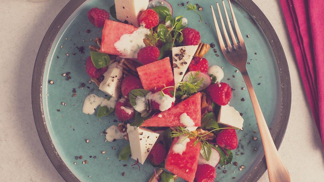 Watermeloen salade met  ricotta, frambozen en een een kruidige slagroomdressing