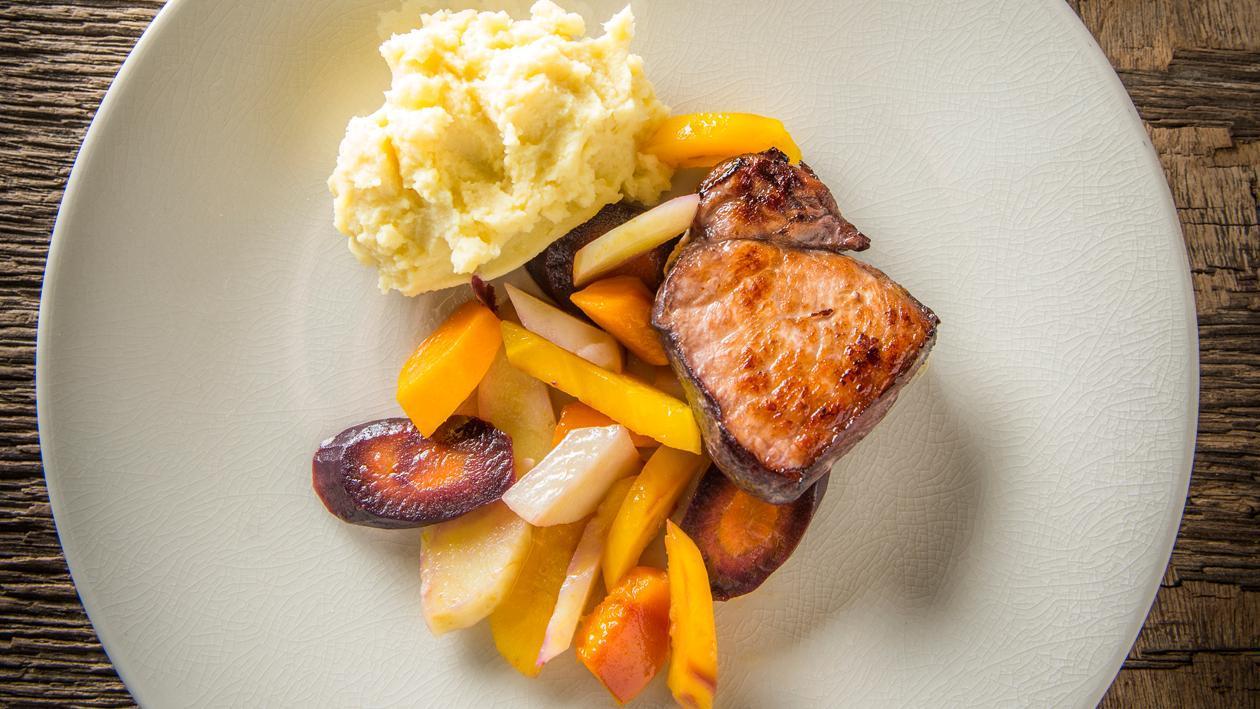 Wild zwijn met bordelaise, aardappelpuree en vergeten groenten – Recept